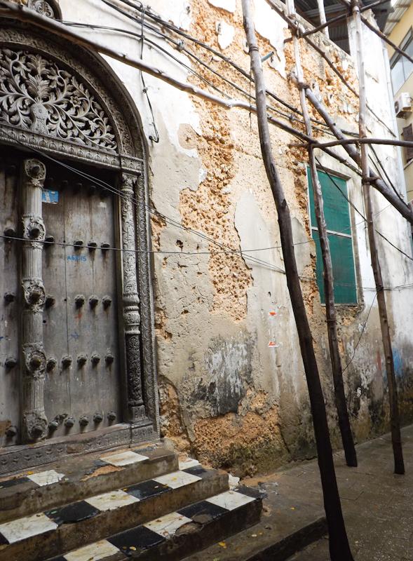 Een deur met gedetailleerd houtsnijwerk