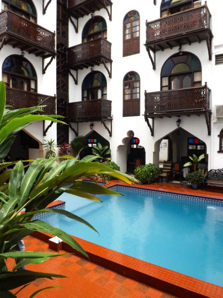 Een binnenplaats van de Dhow Palace hotel