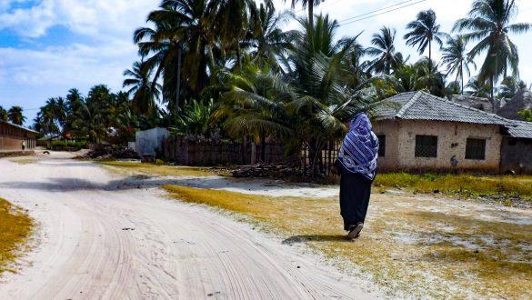 Local lopend in het dorp op Zanzibar