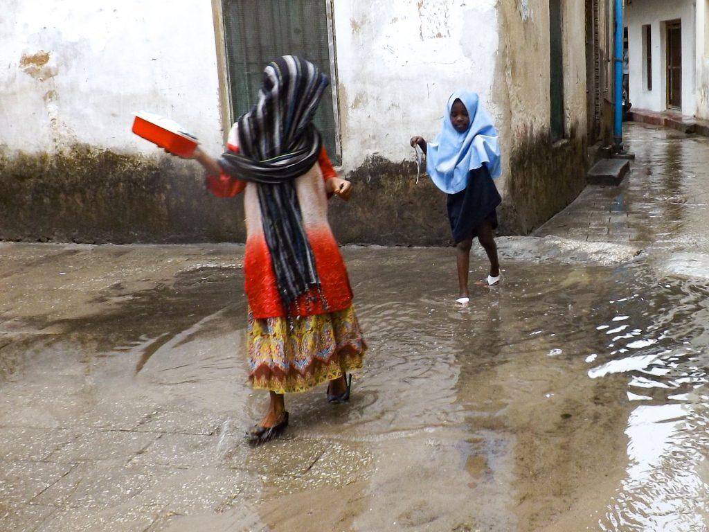 Kinderen spelen in de regen