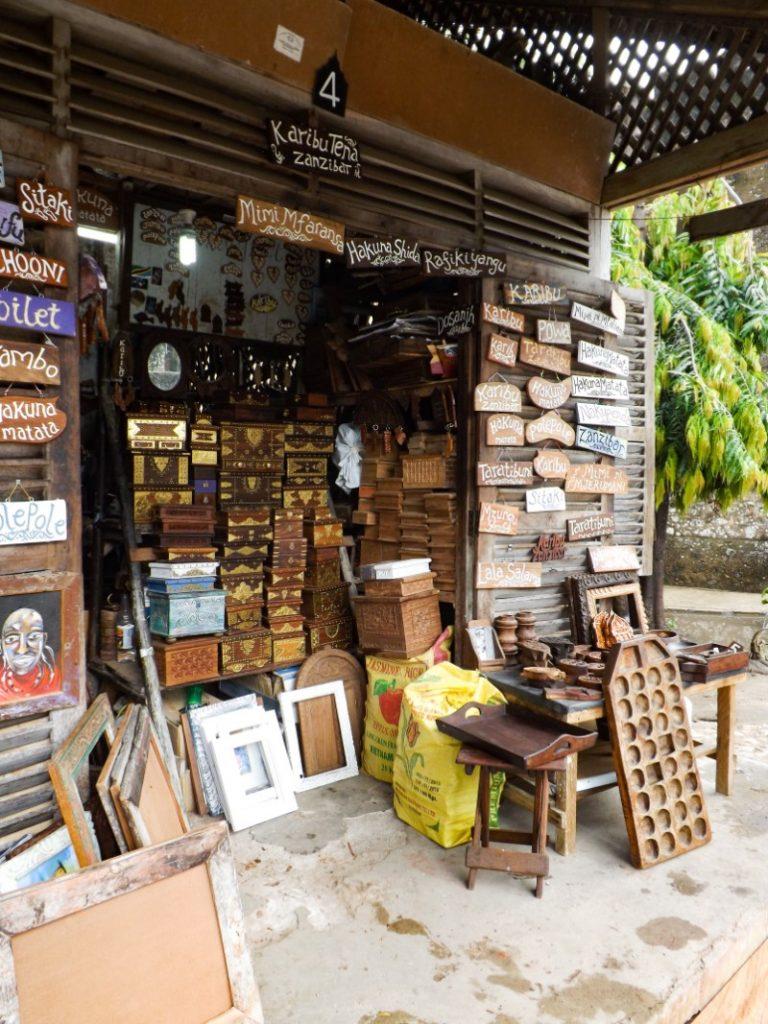 Een winkel met houtsnijwerk