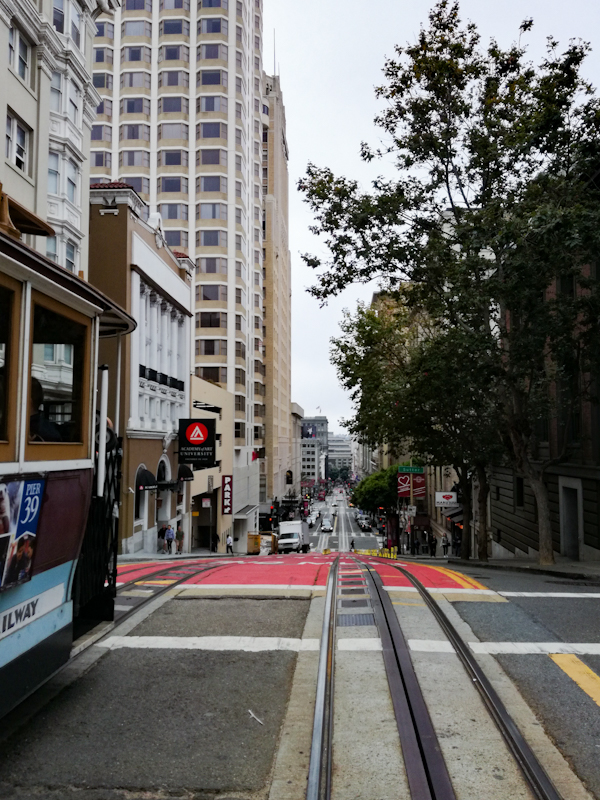 Cable Car rijdend door de straten van San Francisco