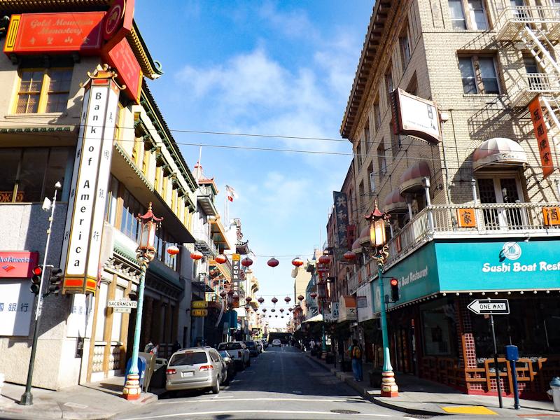 Een van de straten in China Town versierd met lampionnen