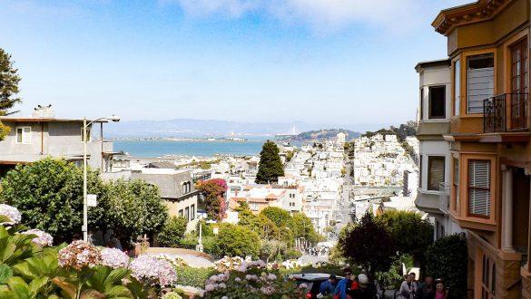 Uitzicht op San Francisco vanaf Lombard Street