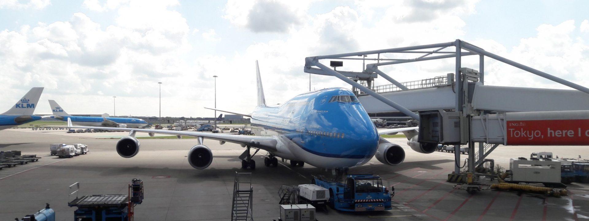 een vliegtuig op het vliegveld