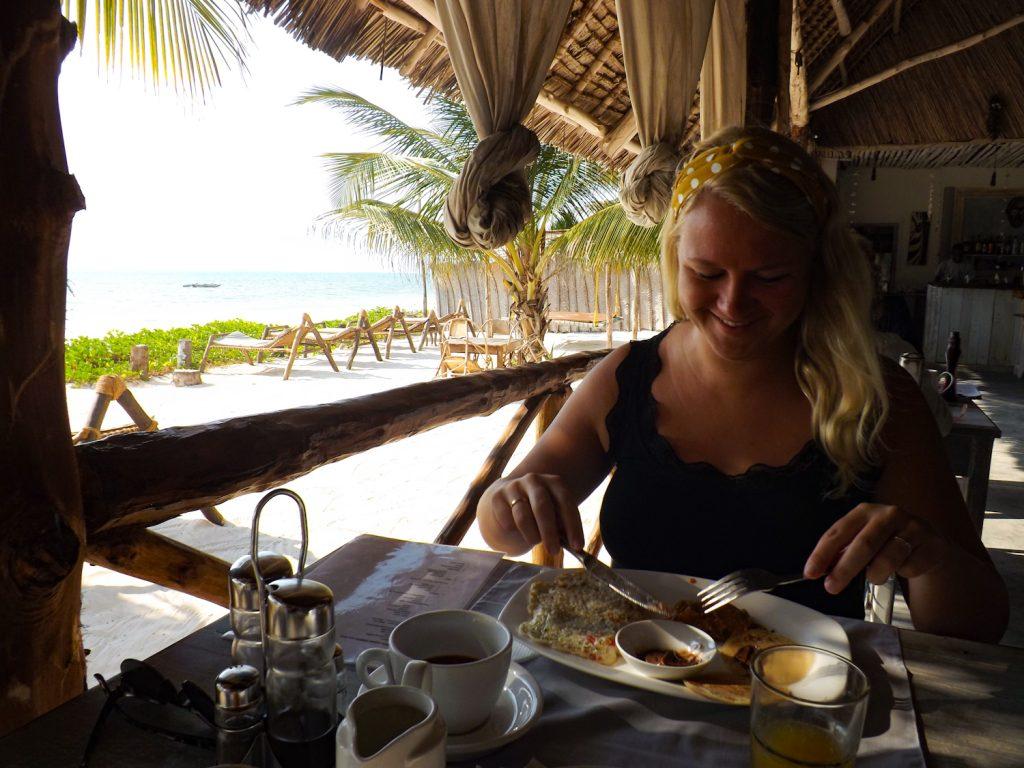 Annemarie geniet van haar ontbijt
