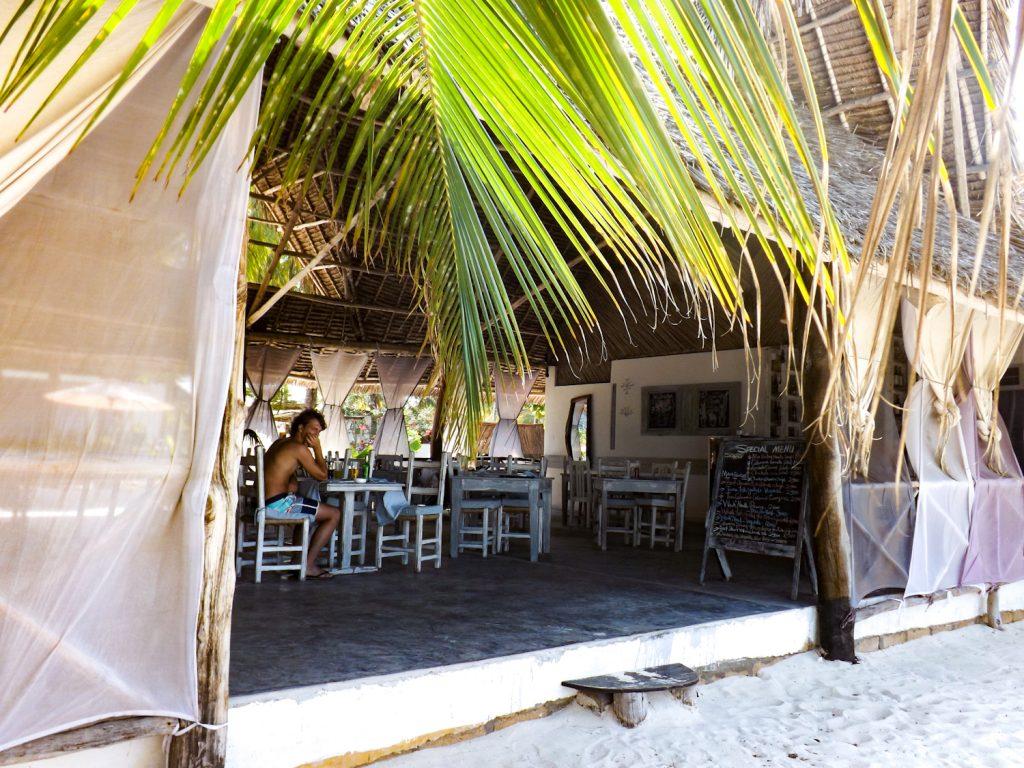Robert zit in het restaurant van het hotel op Zanzibar
