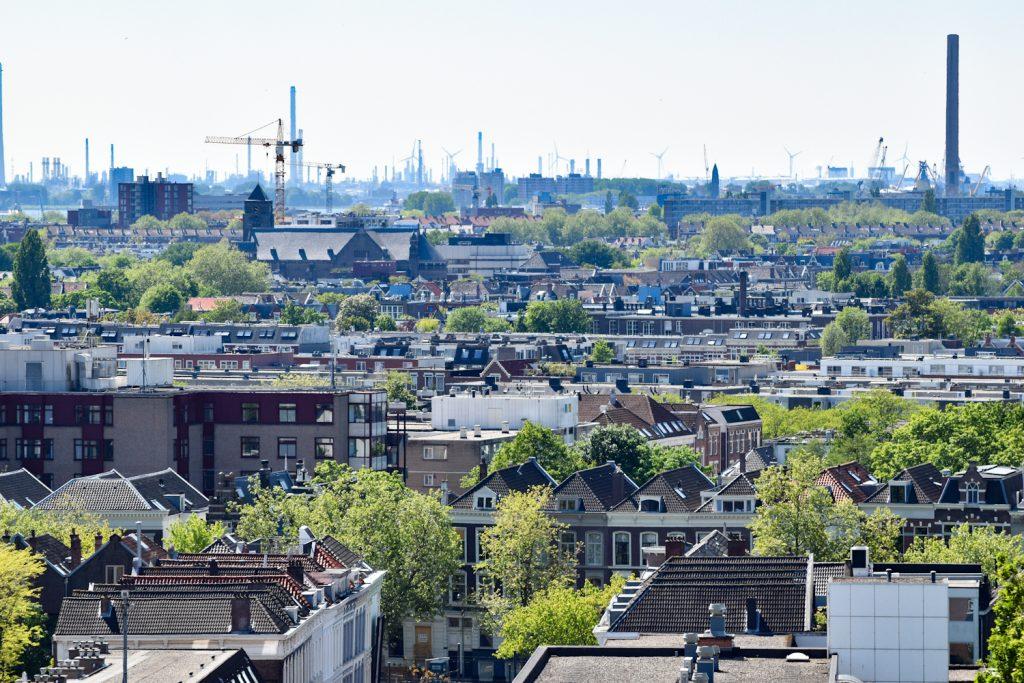 In de verte zie je de havens van Rotterdam