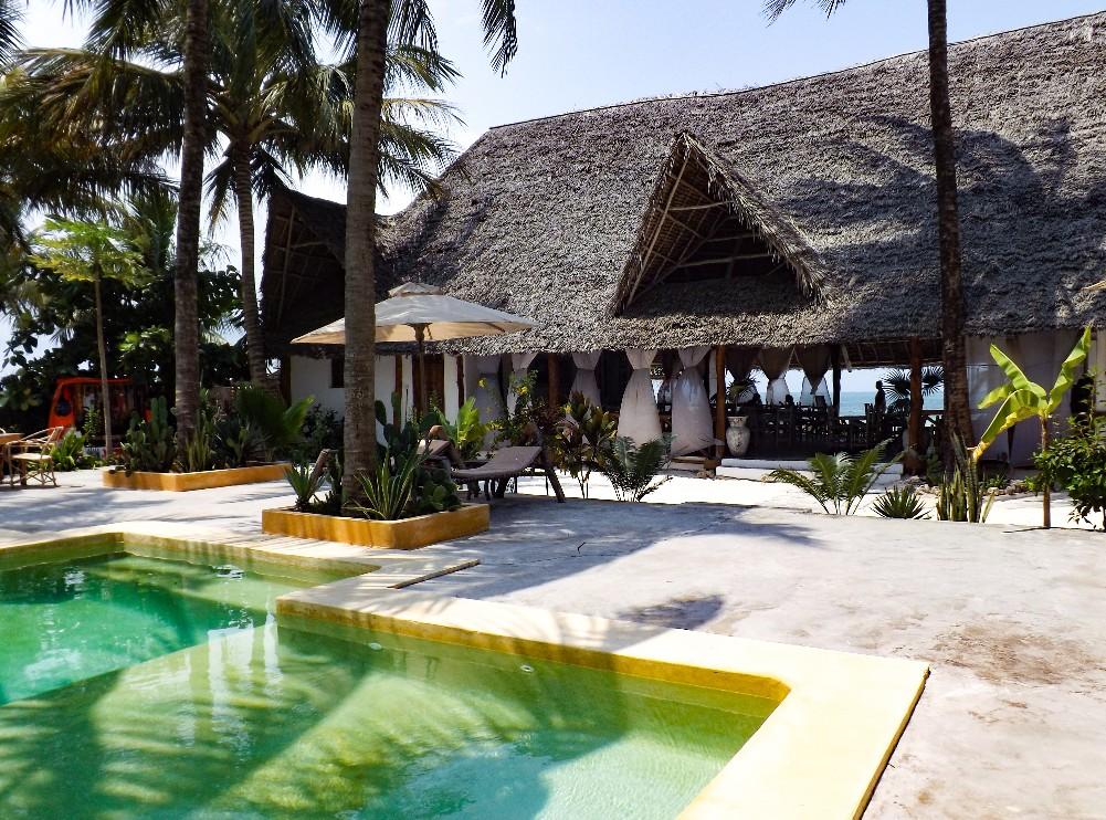 Het zwembad en restaurant van Sahari Zanzibar
