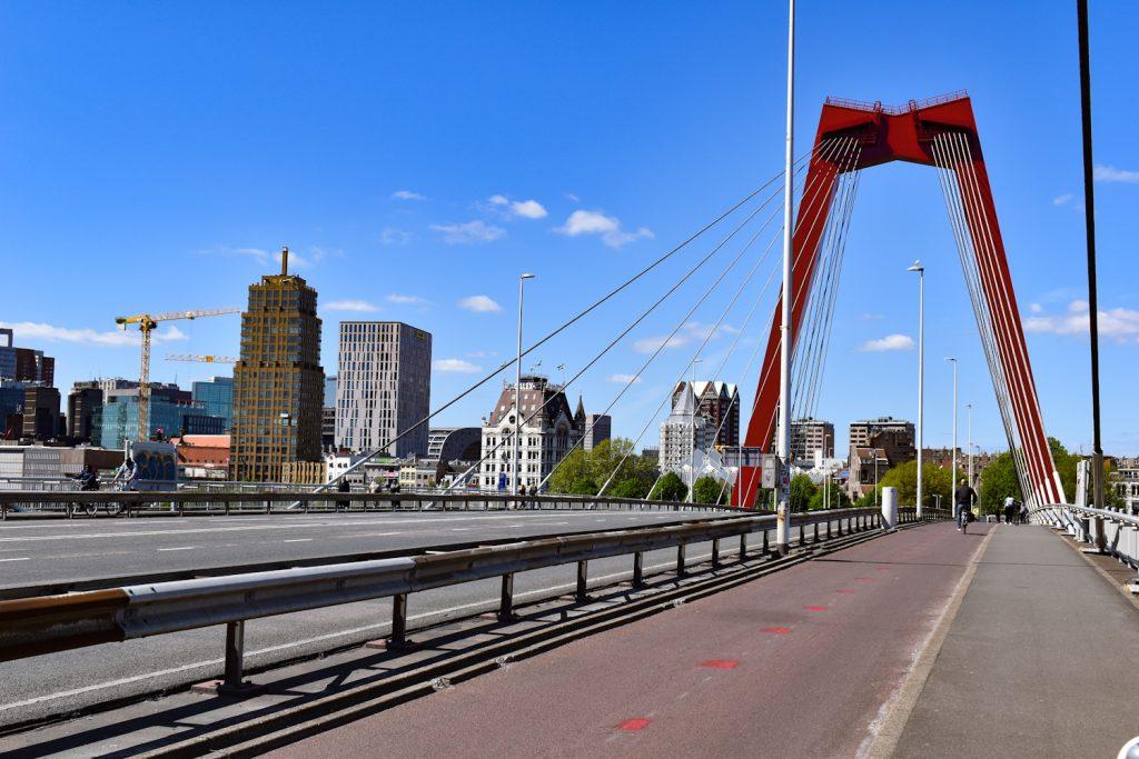 De Willemsbrug met kenmerkende rode bogen