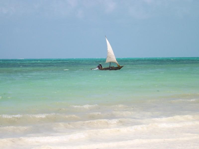 Een zeilbootje voor de kust