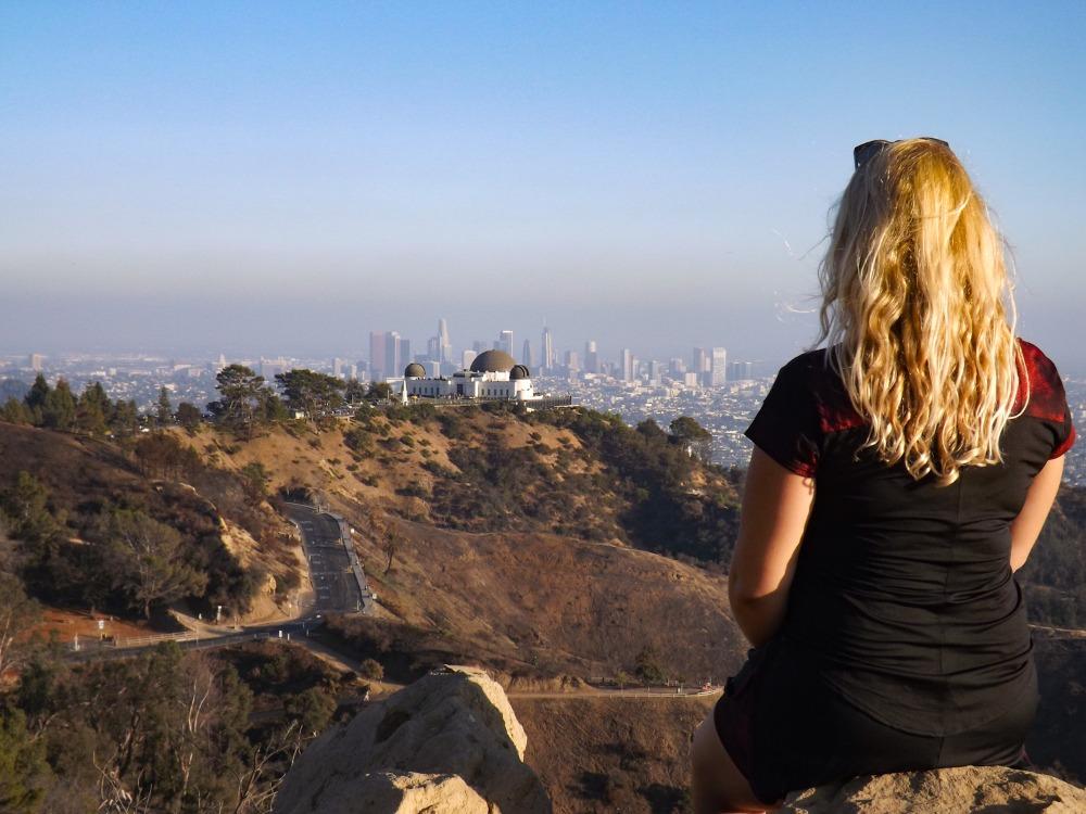 Annemarie kijkt uit over de Hollywood Hills en Downtown LA