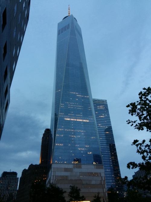 De One World Trade Center gezien vanaf 911 memorial